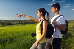 Giovani coppie felici sul campo in primavera fotografie stock libere da diritti