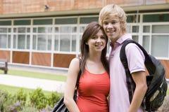 Giovani coppie felici sulla città universitaria Fotografia Stock