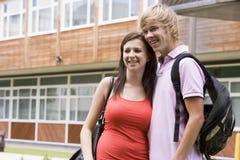 Giovani coppie felici sulla città universitaria Fotografie Stock