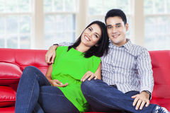 Giovani coppie felici in un salone fotografia stock