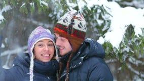 Giovani coppie felici in una foresta di inverno archivi video