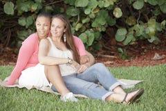 Giovani coppie femminili gaie fotografia stock