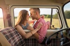 Giovani coppie fuori su un viaggio stradale Fotografie Stock