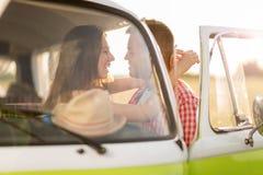 Giovani coppie fuori su un viaggio stradale Fotografia Stock Libera da Diritti