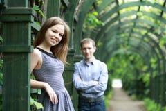 Giovani coppie in giardino Fotografia Stock Libera da Diritti