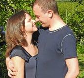 Giovani coppie in giardino verde Fotografia Stock Libera da Diritti
