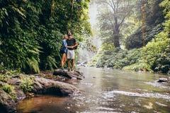 Giovani coppie insieme The Creek e distogliendo lo sguardo Fotografia Stock Libera da Diritti