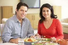 Giovani coppie ispane che godono del pasto a casa Immagine Stock Libera da Diritti