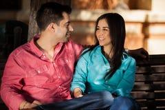 Giovani coppie latine all'aperto fotografia stock libera da diritti