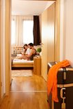 Giovani coppie a letto facendo uso della compressa Immagine Stock Libera da Diritti