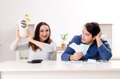 Giovani coppie nel concetto di pianificazione del bilancio fotografia stock
