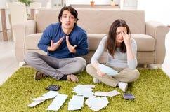 Giovani coppie nel concetto di pianificazione del bilancio immagine stock