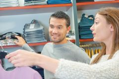 Giovani coppie nel negozio dell'indumento immagine stock libera da diritti