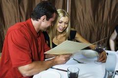 Giovani coppie nel ristorante Immagini Stock Libere da Diritti