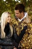 Giovani coppie nel sorridere della sosta di autunno Fotografia Stock