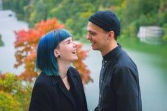 Giovani coppie nel sorridere nero delle camice Fotografia Stock Libera da Diritti