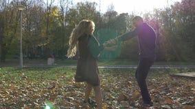 Giovani coppie nell'amore video d archivio