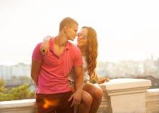Giovani coppie nell'amore all'aperto Fotografia Stock