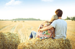 Giovani coppie nell'amore all'aperto fotografie stock libere da diritti