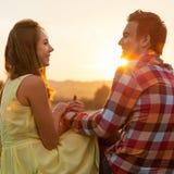 Giovani coppie nell'amore all'aperto fotografie stock