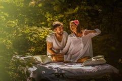 Giovani coppie nell'amore Bellezza in natura immagini stock