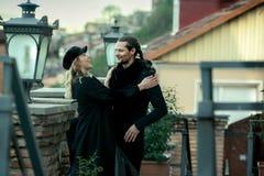 Giovani coppie nell'amore, camminante nella vecchia parte della città Fotografia Stock
