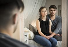 Giovani coppie nell'amore a casa Immagine Stock