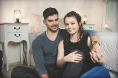 Giovani coppie nell'amore a casa Immagini Stock Libere da Diritti