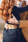Giovani coppie nell'amore che abbraccia nella via nella città immagini stock
