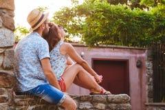 Giovani coppie nell'amore che gode del tramonto di estate Fotografia Stock Libera da Diritti