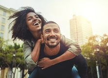 Giovani coppie nell'amore divertendosi nella città fotografia stock libera da diritti