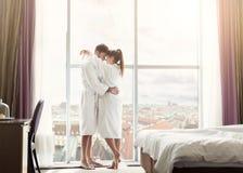 Giovani coppie nell'amore nella camera di albergo di mattina immagini stock libere da diritti
