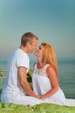 Giovani coppie nell'amore su una base nella spiaggia Fotografia Stock
