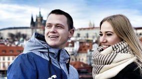 Giovani coppie nell'amore sui precedenti del castello di Praga fotografia stock