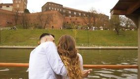 Giovani coppie nell'amore sulla barca a vela, concetto felice di stile di vita Bella ragazza nella conversazione bianca con sorri video d archivio