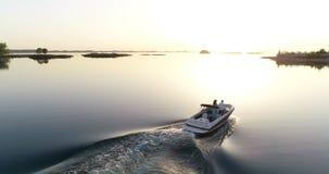 Giovani coppie nella barca stock footage