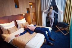 Giovani coppie nella camera di albergo moderna Fotografie Stock Libere da Diritti