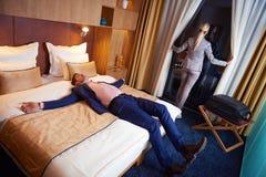 Giovani coppie nella camera di albergo moderna Immagini Stock Libere da Diritti