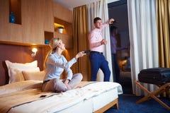 Giovani coppie nella camera di albergo moderna Fotografia Stock Libera da Diritti