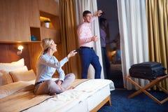 Giovani coppie nella camera di albergo moderna Fotografie Stock