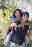 Giovani coppie nella foresta di caduta Immagini Stock Libere da Diritti