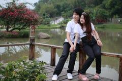 Giovani coppie nella sosta Fotografie Stock