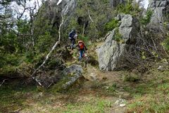 Giovani coppie nelle montagne dei Urals del sud Immagini Stock