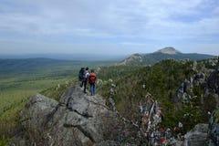 Giovani coppie nelle montagne dei Urals del sud immagine stock libera da diritti