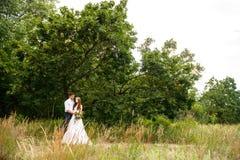 Giovani coppie nelle orecchie di grano in foresta fotografia stock libera da diritti