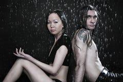 Giovani coppie nello studio del aqua immagini stock libere da diritti