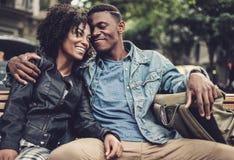 Giovani coppie nere felici all'aperto Immagine Stock