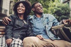 Giovani coppie nere felici all'aperto Fotografie Stock Libere da Diritti