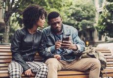 Giovani coppie nere felici all'aperto Immagine Stock Libera da Diritti