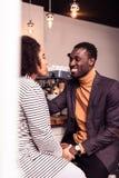 Giovani coppie piacevoli felici che spendono insieme tempo immagine stock